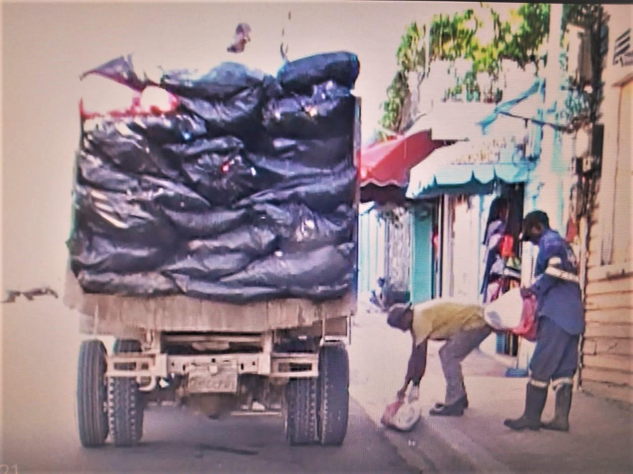 Ayuntamiento de La Romana trabaja en operativo de recogida de basura