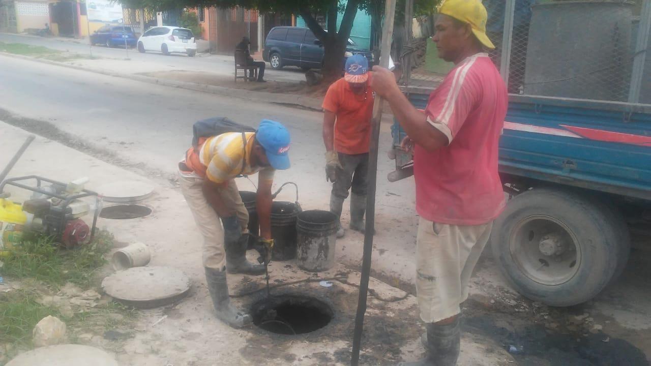 Ayuntamiento de  La Romana Trabaja  limpieza de imbornal en Villa San Carlos