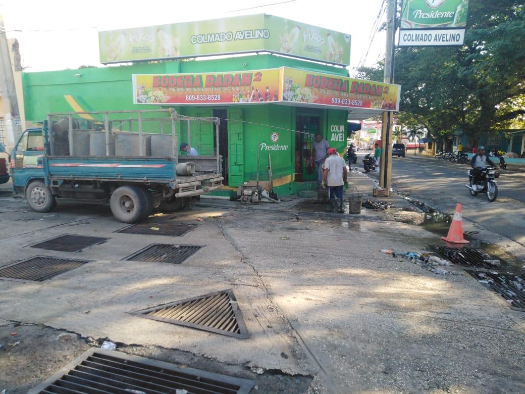 Ayuntamiento de La Romana continúa  con limpieza imbornal obstruido avenida Libertad