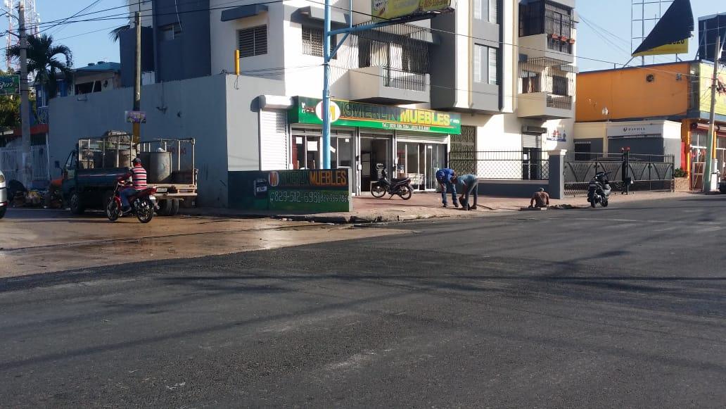 Ayuntamiento de La Romana trabaja  limpieza imbornal obstruido en avenida Padre Abreu