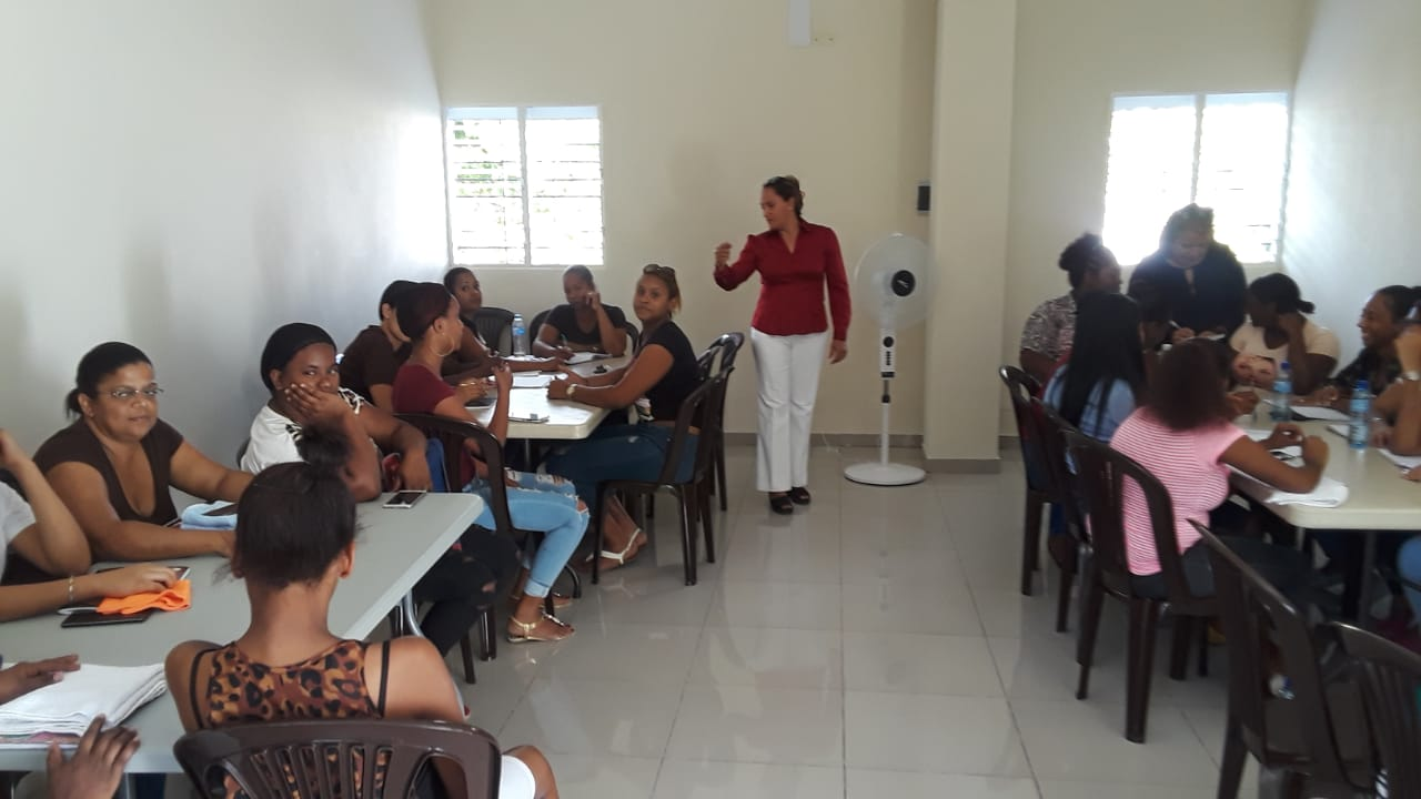 Inicia curso  Uñas Acrílicas Escuela Técnico Vocacional  Madres Condiciones Vulnerables