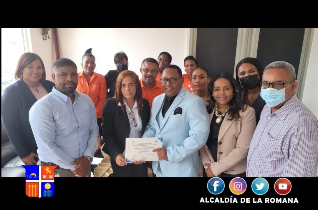 Alcalde Municipal Lic. Tony Adames, recibe reconocimiento por obtener el nivel más alto en normativas contables. La Romana.